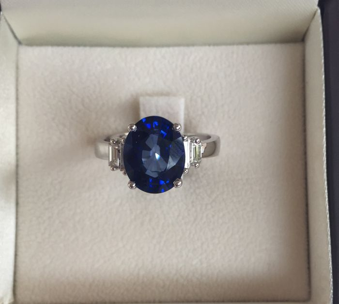 18 kt white gold ring with 4.11 ct sapphire and diamonds totalling 0.36 ct