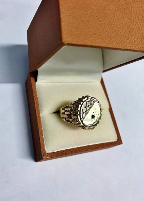 18ct Yellow Gold Textured Oval Signet Ring