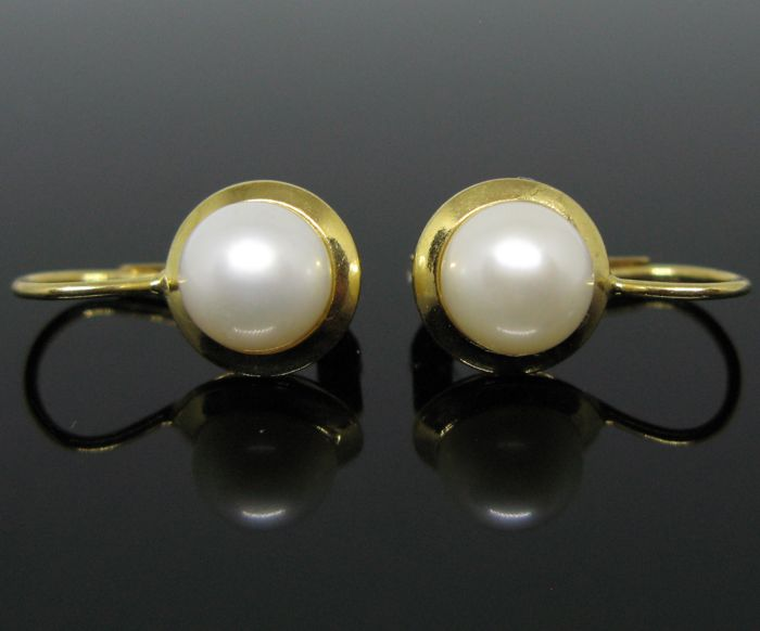 18 kt Yellow gold, vintage earrings set with 2 white silver Akoya round pearls Ø 7,5  mm diameter +++ No reserve price +++