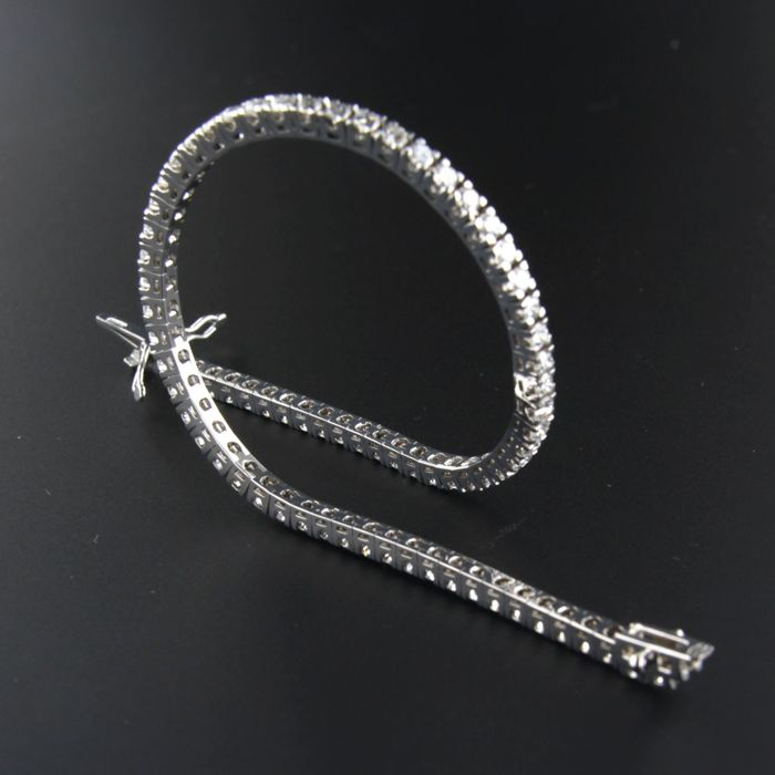 18 kt white gold tennis bracelet set with 76 brilliant cut diamonds of approx. 2.50 ct in total
