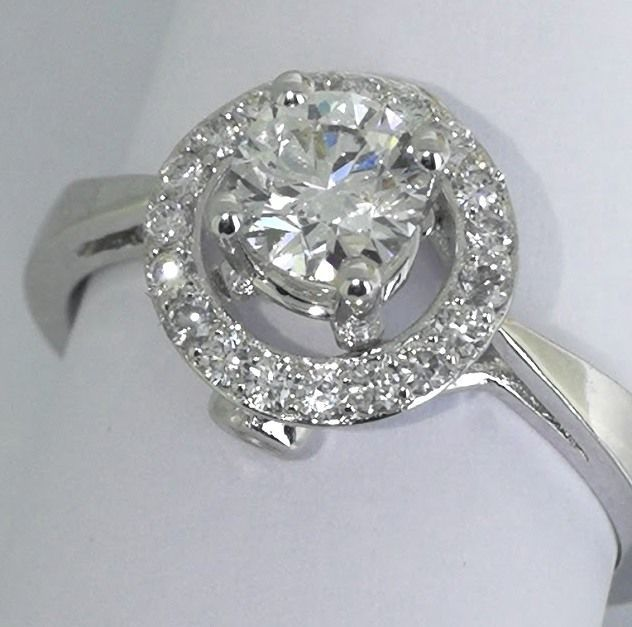 Diamond ring with brilliant cut diamond of 0.80 ct in total