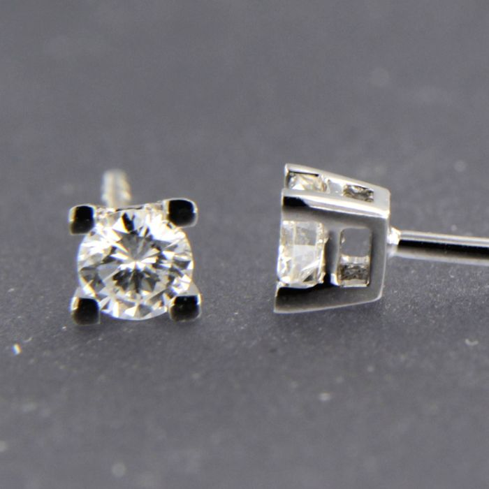 14 kt white gold solitaire stud earrings set with brilliant cut diamond, approx. 0.28 carat in total / size 3.8 mm wide