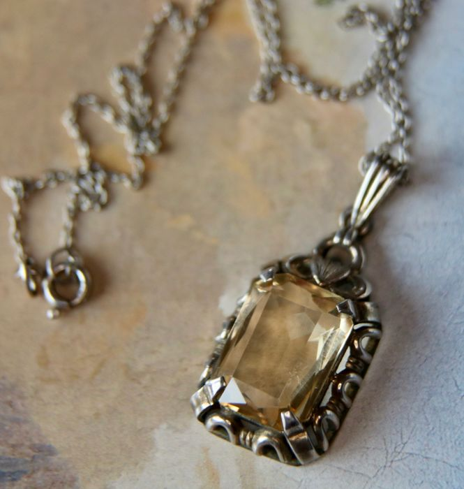 Art Nouveau original beautiful handcrafted necklace: pendant + chain set a rectangular natural Citrine approx. 7 Ct in filigree setting. Ca. 1900/20