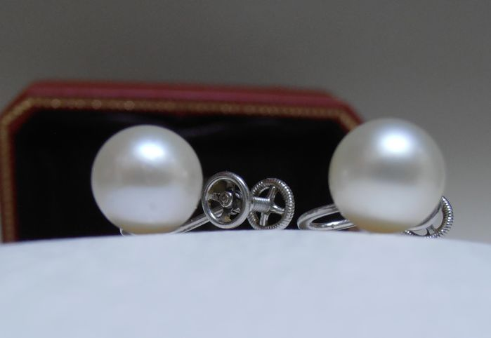 Cartier, Earrings in 950/1000 platinum and 8 mm cultured pearls