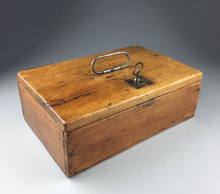 Pinewood money box with handle - France - 19th century