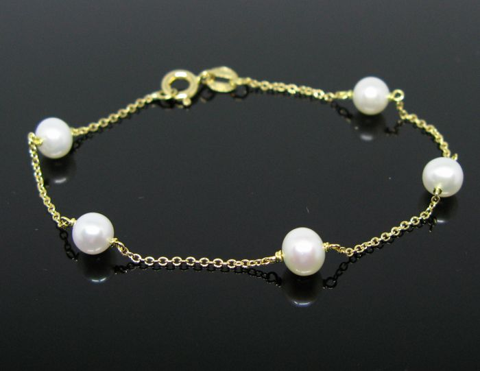 Yellow gold 18 kt, unisex bracelet, set with 5 Akoya white round pearls Ø 6 mm diameter. +++ NO RESERVE PRICE +++