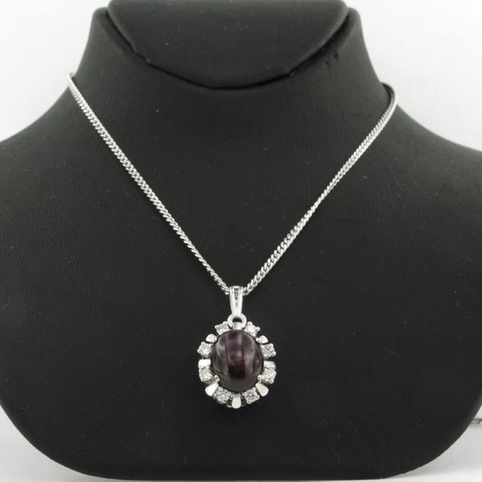 - certificate Pas Diamonds - 14 kt white gold necklace with a white gold pendant set with a central star ruby, approx. 4.37 carat in total, and 8 brilliant cut diamonds, approx. 0.35 carat in total