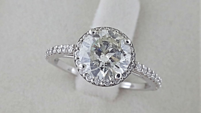 1.98 ct round halo diamond ring made of 14kt white gold - size 6,5