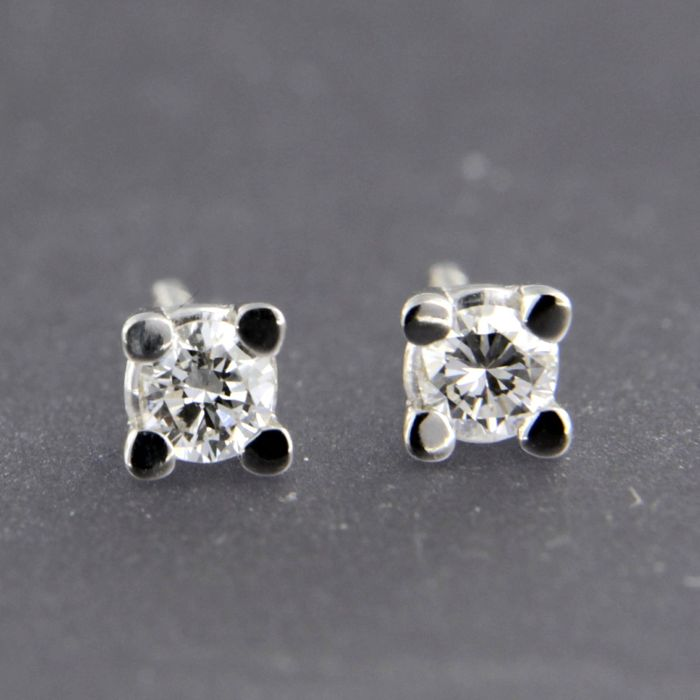14 kt white gold solitaire stud earrings set with brilliant cut diamond approx. 0.26 carat in total