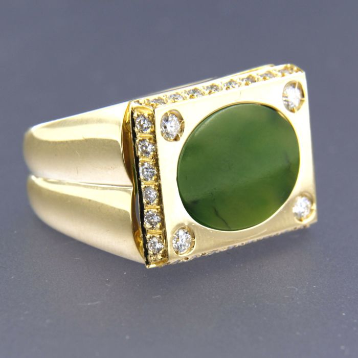 18 kt yellow gold ring set with a moss agate and 32 brilliant cut diamonds approx. 0.76 carat in total