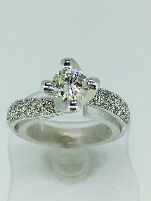 Solitaire ring with 0.63 ct diamond, colour E, clarity SI1, made entirely by hand
