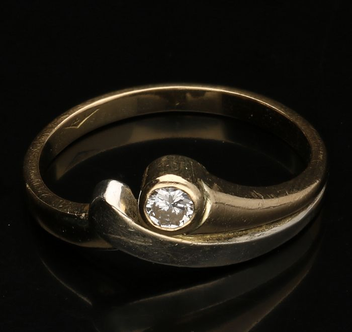 18kt. - Bicolor ring bezet met briljant geslepen briljant van 0,04ct. Ringmaat 16,5mm. - No reserve price -