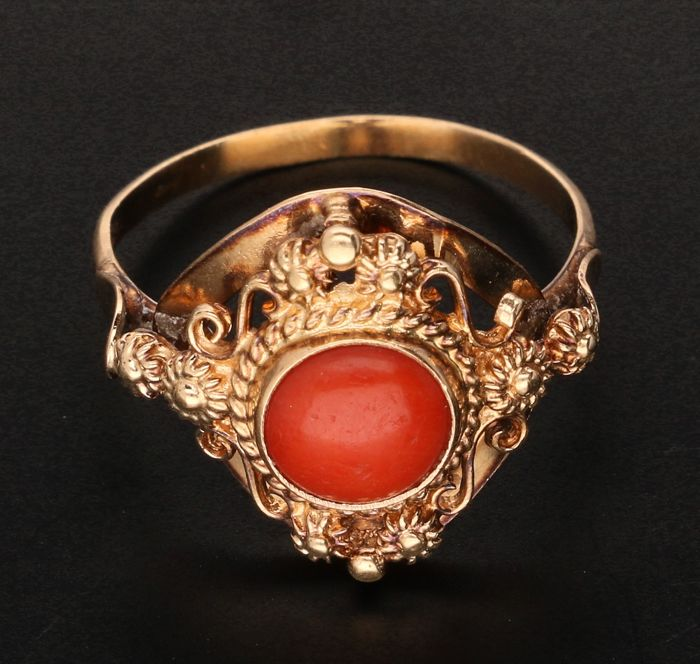 14 kt - Yellow gold ring set with red coral - ring size: 15.75 mm