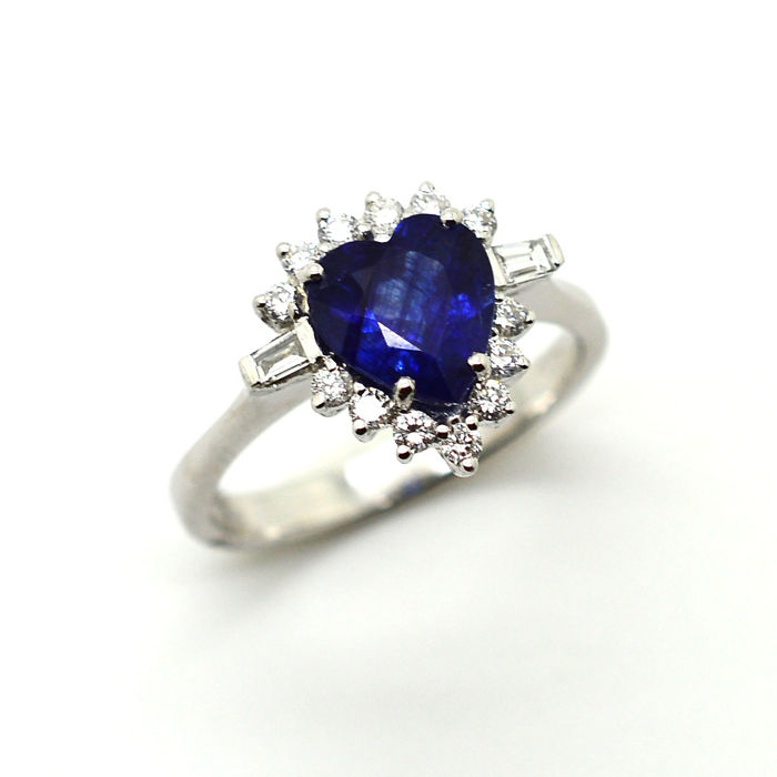 18 kt gold heart-shaped ring with sapphire and brilliant cut diamonds totalling 2.52 ct - Size 15/55