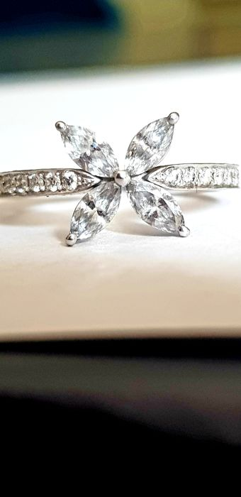 18 kt white-gold ring with diamonds of 0.75 ct - size 52 - no reserve price