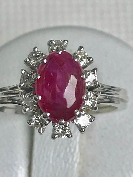 daisy ring in 18 kt white gold set with a ruby and diamonds totalling 1.5 ct Top Wesselton