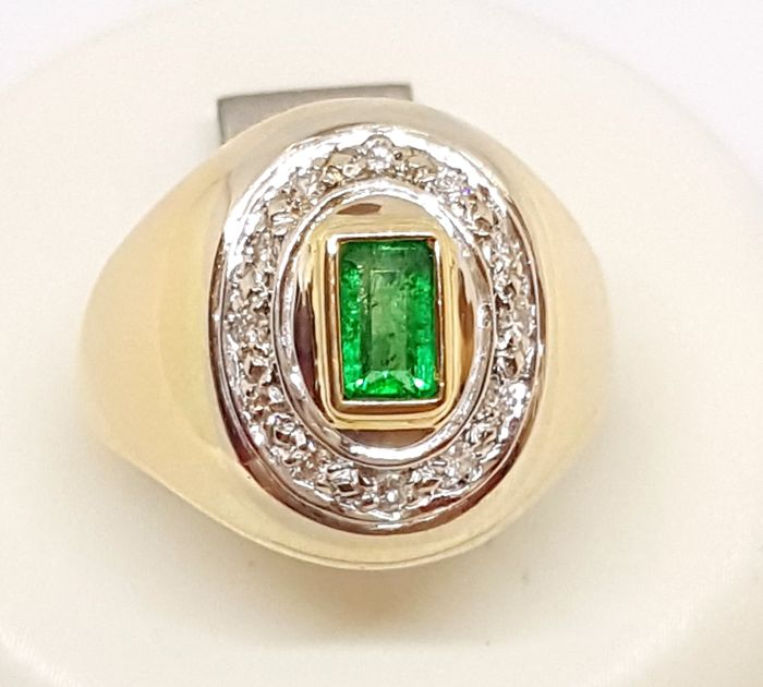 Yellow gold ring (18 kt) with emerald (0.70 ct) and brilliant cut diamonds for 0.12 ct, colour G/VS - Size 10 - Weight 8.5 g