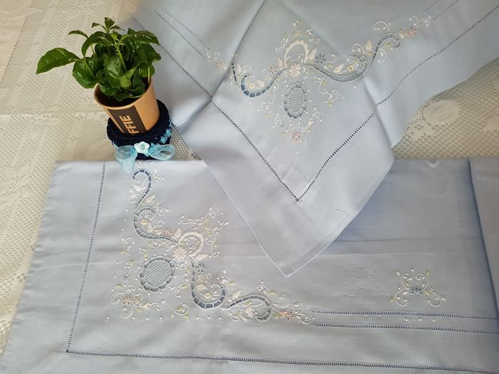 Lot consisting of a 100% pure linen double bed sheet with cutwork and satin stitch embroidery - blue colour with colourful embroidery