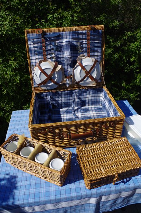 Luxury car suitcase / picnic basket for four people