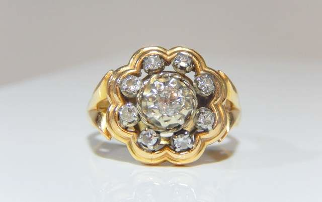 Ring in two 18 kt golds - 1 central diamond of 0.20 ct, 8 diamonds of 0.02 ct