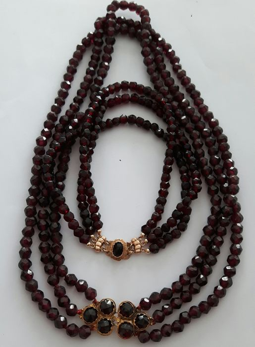 Antique necklace and bracelet of 3 garnet strands and a 14 kt gold clasp