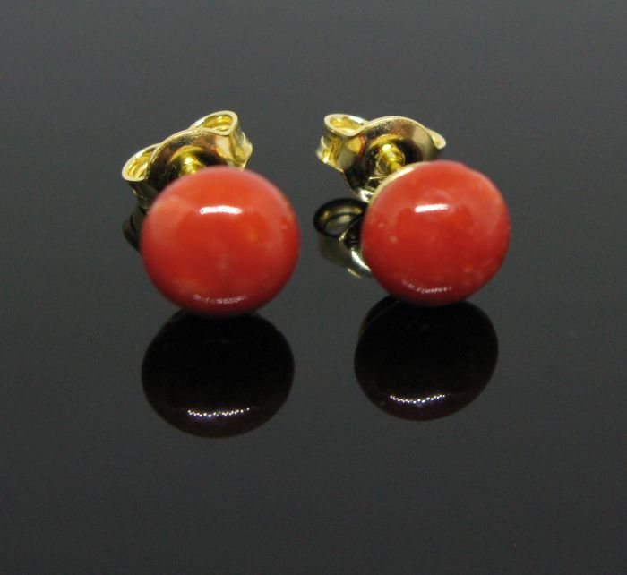 Antique 18 KT yellow gold earrings of red Sicilian coral round element diameter Ø 6,7 mm. Weight 2 gr.  +++No reserve price +++