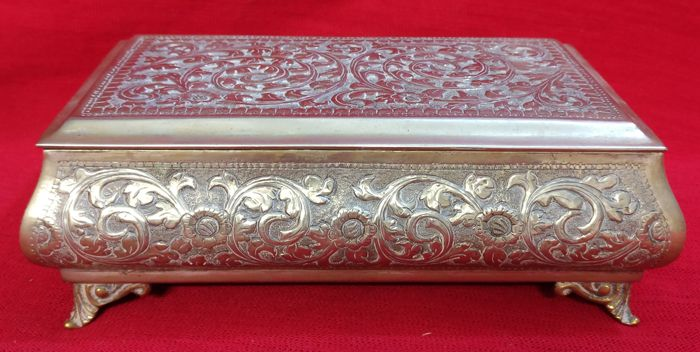Trinket box in Sheffield silver, finely chiselled and decorated - Italy, Venice - 19th century