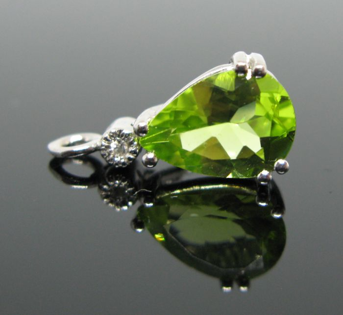 18 KT White gold pendant set with green peridot pear-faceted-cut tot 1,40 ct and 1 diamond round-brillant-cut tot ct 0,02 G/VVS1.