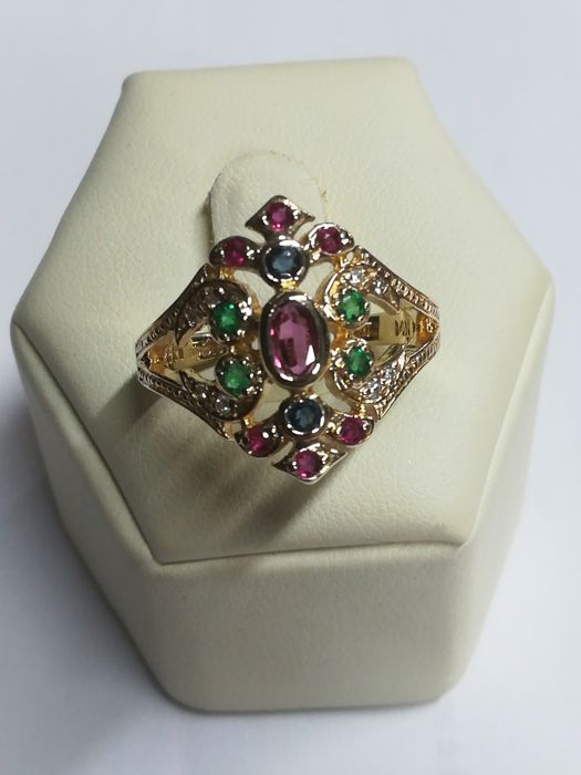 14 kt gold ring with central ruby, 8 diamonds, 4 emeralds, 6 rubies and 2 sapphires Size: 15 / 55