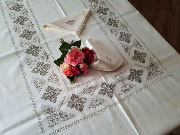 Spectacular 12 x pure linen tablecloth with Punto Antico embroidery completely by hand - Linen - 21st Century, 21st Century
