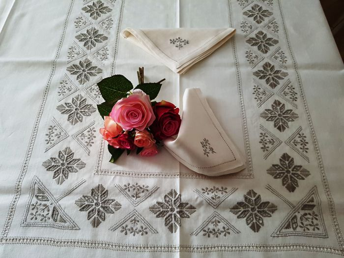Spectacular 12 x pure linen tablecloth with Punto Antico embroidery completely by hand - Linen
