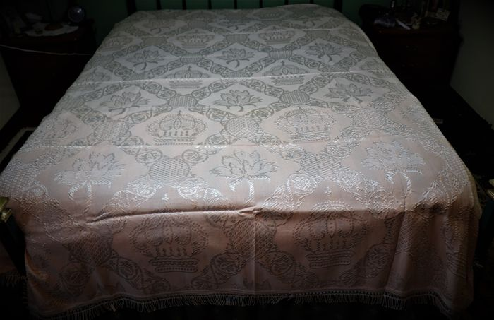 Silk embroidered quilt