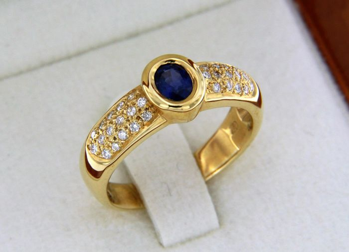 Classic ring in 18 kt yellow gold, diamonds and sapphires - size 52