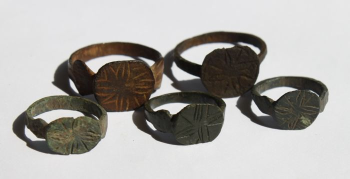 5 Bronze rings with crosses - 15-21 mm (5)