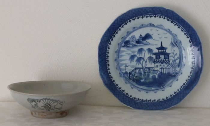Antique dish from the Ming dynasty + antique blue and white porcelain plate - China - c. 1820