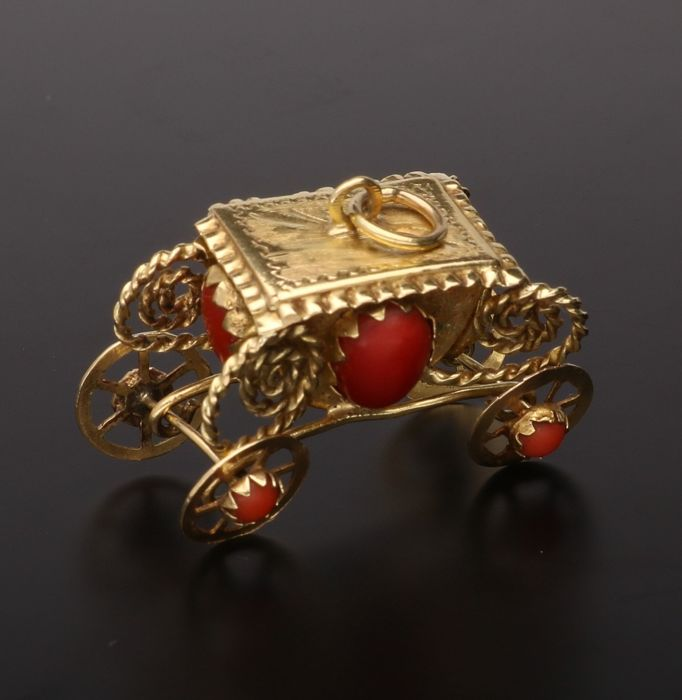 18 kt - Yellow gold pendant in the shape of a carriage set with precious coral - Length x width: 3.3 x 1.5 cm