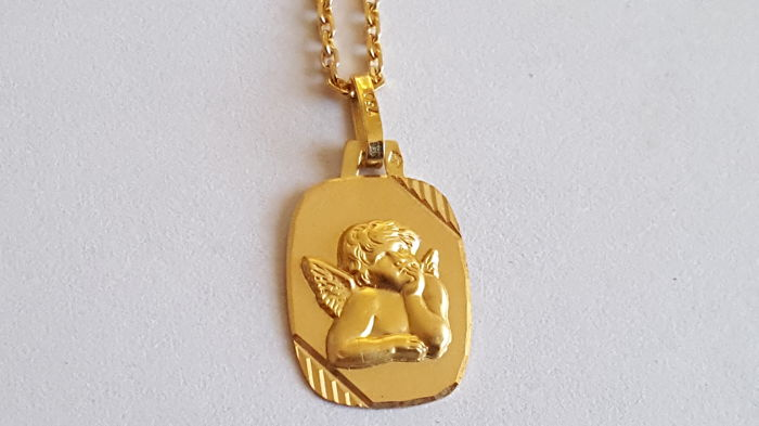 Women's necklace with cherub pendant made of 18 kt yellow gold. Length 41 cm. No reserve price