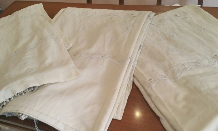 3 classical-style romantic curtains from the early 1960s, embroidered with rich curls, white/ivory colour, height 2.80 m and width 1.60 m (2 pieces) and 1.00 m. Excellent condition.