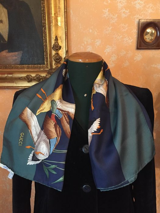 Gucci scarf in pure silk, never worn
