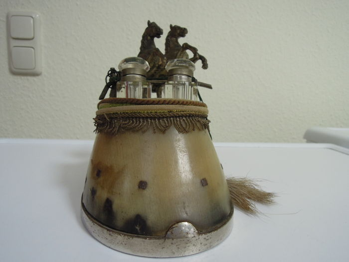 Hoof sculpture, ink bottle with jumping horses on real hoof with horseshoe, England 1900