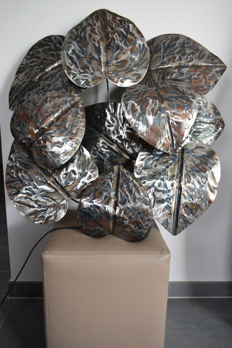 Wall decoration with lamp in the shape of leaves of water lilies