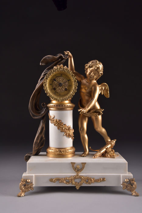 Very beautiful large French zamak mantel clock with large putti on a white marble base - France, around 1820