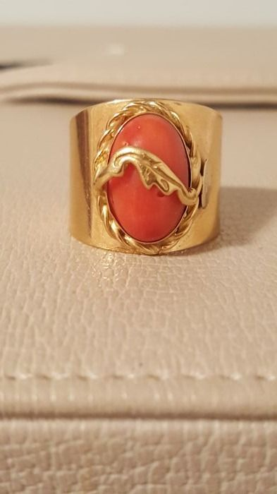 Luxury 18 kt gold shank ring with Mediterranean coral