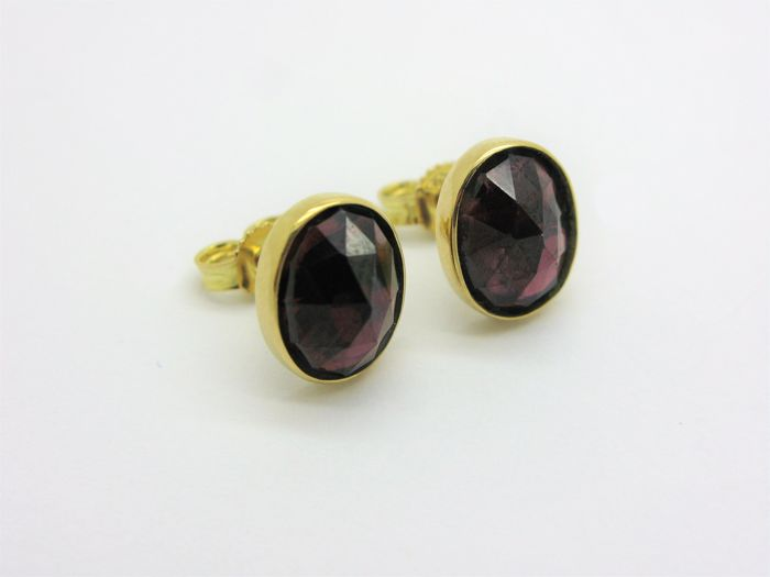 Earrings in 18 kt/750 solid yellow gold with garnets