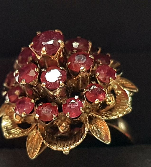 Cluster of natural rubies, 1950s/1960s, bouquet setting, total of approx. 3 ct, French artisan craftsmanship.  The ring band has been reconditioned and polished. Everything else is in its original condition