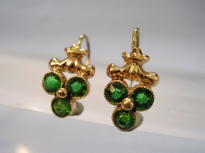 Antique Victorian golden earrings with three-leaf clovers consisting of round faceted green spinels totalling 1.80 ct