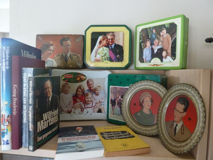 Belgian Royal family and Government - Tin boxes and plates - books - 13 items