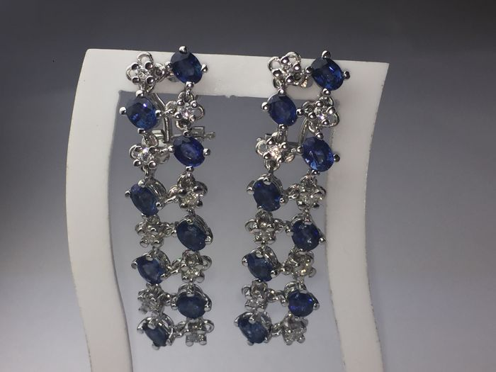 'Interwoven link'' earrings in 18 kt gold, diamonds and sapphires