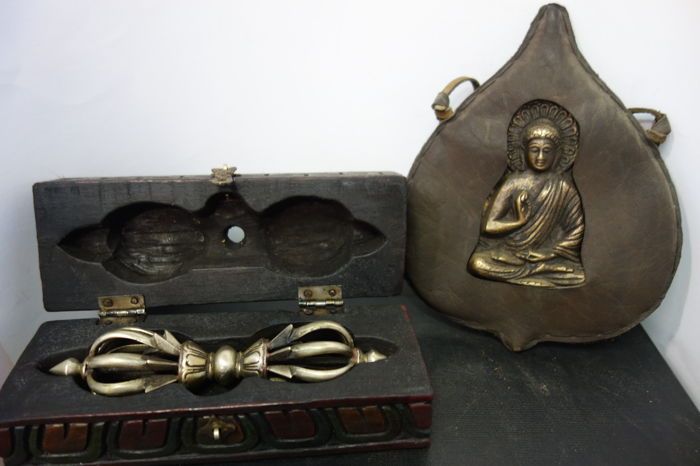 Dorje with box and a wearable Buddha amulet - Nepal - Late 20th century
