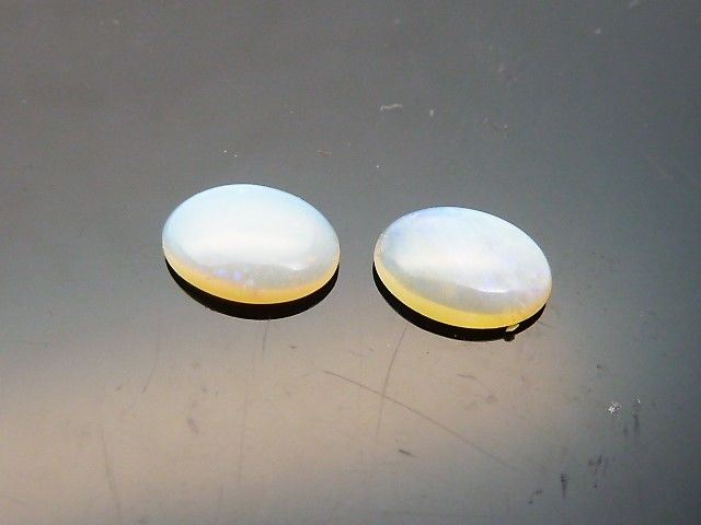 Pair of white opals - 0.85 ct - No reserve price